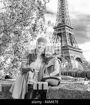 Escapadas de otoño en París con la familia de la madre y el niño sonriente viajeros en terraplén en París, Francia, teniendo selfie utilizando selfie stick