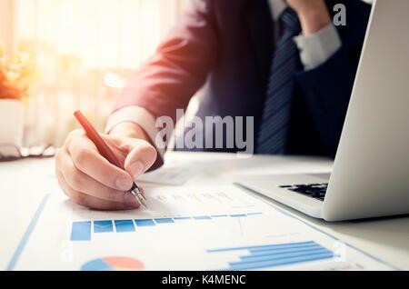 Professional manager trabaja con documentos de finanzas. firma contable finanzas informe. de trabajo de análisis de la contabilidad presupuestaria economía inicio concepto man