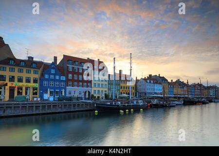 Amanecer en las coloridas fachadas junto al puerto en el distrito de Nyhavn, Copenhague, Dinamarca, Europa