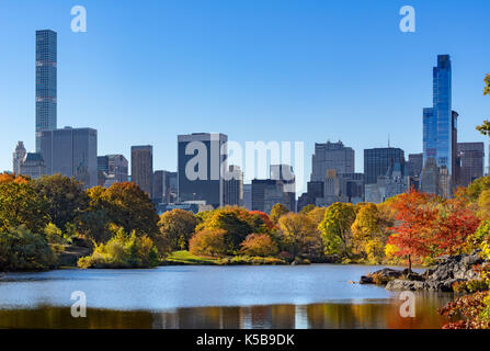 Otoño en Central Park por el lago con rascacielos de Midtown. La Ciudad de Nueva York