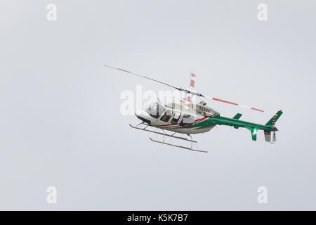 Kazan, Rusia - 9 septiembre 2017: pequeño helicóptero en vuelo del pasajero
