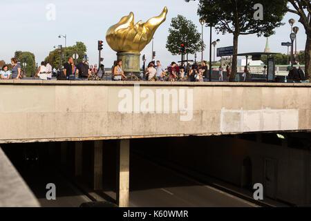 La libertad llama {unofficial Princess Diana Memorial) que está situado encima del Pont de l'Alma en París del túnel
