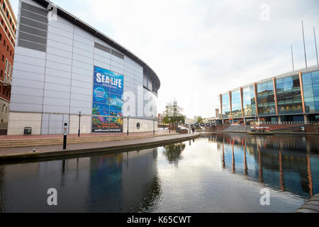 Birmingham, Reino Unido - 6 noviembre 2016: Birmingham Canal vieja línea ejecutando a través de la ciudad