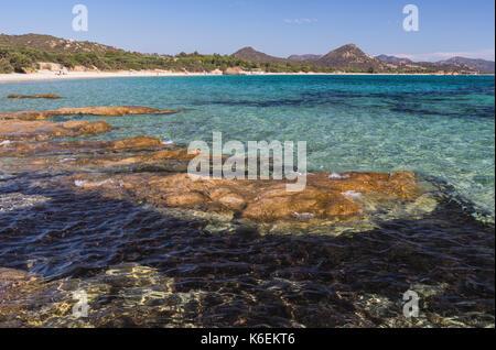Bastidor de rocas las aguas turquesas del mar alrededor de la playa de Sant Elmo Castiadas costa rei Cerdeña Cagliari Italia Europa