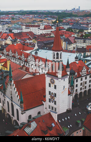Hermosa vista aérea super amplia y soleada de Munich, Bayern, Baviera, Alemania con el horizonte y el paisaje más allá de la ciudad, visto desde la altura