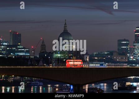 Vintage Bus en Londres Waterloo Bridge de noche
