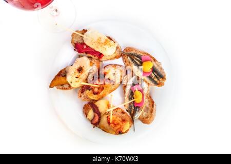 Tapas de mariscos españoles sobre un fondo blanco.