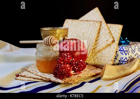 La miel de granada y los símbolos de vacaciones tradicionales Rosh Hashanah jewesh vacaciones en mesa de madera y fondo de madera