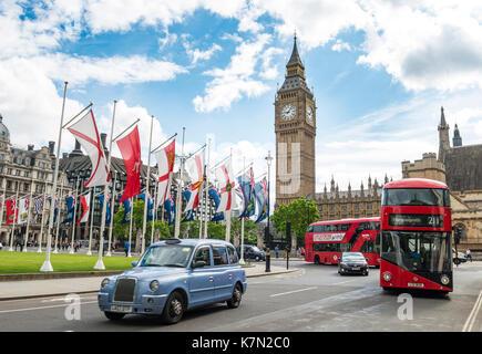 Taxis y autobuses rojos de dos pisos con el Big Ben, el palacio de Westminster, Londres, Inglaterra, Gran Bretaña