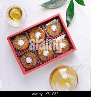 Mediados de otoño festival mooncake estilo minimalista tea party tabla. plano laical.