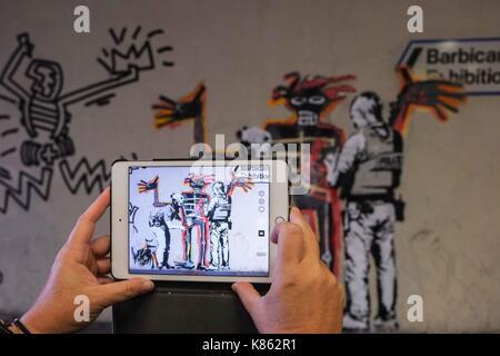 Londres, Reino Unido. 18 Sep, 2017. Nuevos murales del artista de graffiti Banksy visto en una pared cerca del Centro Barbican en Londres.La labor marcar la apertura de una exposición de un artista de graffiti de Nueva York se convirtió pintor Jean-Michel Basquiat. Crédito: Claire doherty/Alamy Live News Foto de stock
