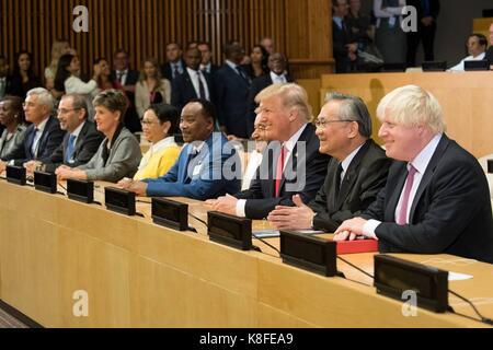El presidente de Estados Unidos, Donald Trump, centro, sentada junto a los líderes mundiales para una foto de grupo Foto de stock