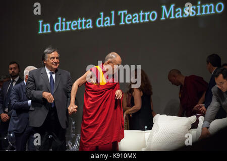El xiv dalai lama lleva al escenario para hacer frente a los fieles en Palermo el 18 de septiembre de 2017.