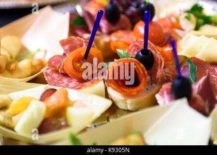 Canapés caseros sandwiches pequeños aperitivos. Mezcla de diferentes finger food bocadillos para una fiesta o banquete en una placa.