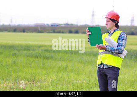 Construcción de dos hombres en el campo