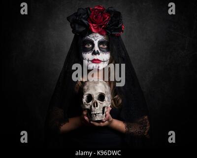 Chica en Halloween sobre fondo negro Foto de stock