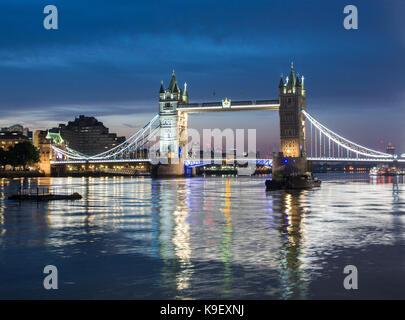 Tower Bridge de Londres iluminada por la noche