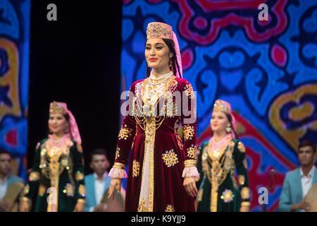 Rendimiento de navbakhor uzbekiston y ensambles de canto y danza en el escenario del Palacio del Kremlin durante los días de la cultura uzbeka en mos