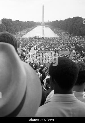 Marcha por los derechos civiles en Washington por el trabajo y la libertad, 28 de agosto de 1963, con el Monumento a Washington y la piscina reflectante en el fondo. El Dr. Martin Luther King, Jr. pronunció su famoso discurso 'Tengo un Sueño' desde los escalones del Monumento a Lincoln a una multitud de más de 250.000 partidarios de los derechos civiles.