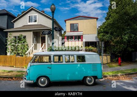Vintage furgoneta Volkswagen en Street, Vancouver, British Columbia, Canadá.