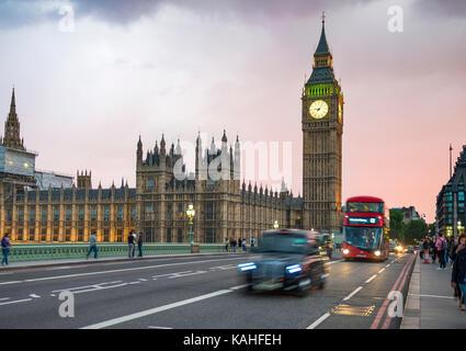 Taxi y Autobús de dos pisos de color rojo en el puente de Westminster, el Big Ben y el palacio de Westminster, el desenfoque de movimiento, puesta de sol, Londres, Inglaterra