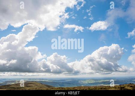 Cielo azul y las nubes cúmulos sobre un paisaje de Derbyshire del norte y el lejano horizonte. Vista desde kinder Scout, Derbyshire Peak District, Inglaterra, Reino Unido.