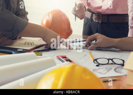 Concepto de ingeniero y arquitecto, ingeniero arquitectos oficina de trabajo en equipo y debatir el plan de la casa modelo, efecto vintage