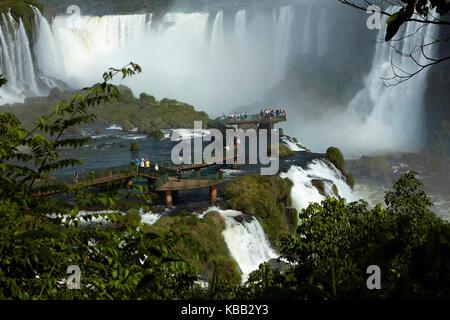 Turistas en plataforma de observación en el lado de Brasil de las Cataratas del Iguazú, frontera Brasil - Argentina, América del Sur