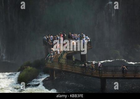 Turistas en plataforma de observación en el lado de Brasil de las Cataratas del Iguazú, frontera Brasil - Argentina, América del Sur Foto de stock