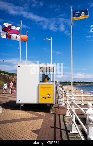Un día de viento en la costa oriental, bridlington promenade, reino unido
