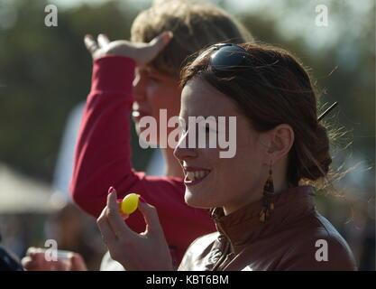 Crimea, Rusia. 30 sep, 2017. personas asistan a la winefest la recolección de la uva y la elaboración del vino en Foto de stock