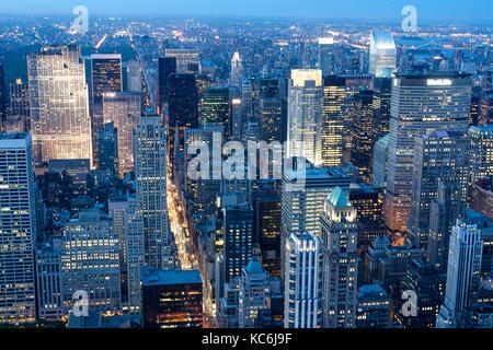 Nueva York Manhattan skyline vista aérea al atardecer, con todos los rascacielos que refleja los tonos azules de luz y luces amarillas en gira.
