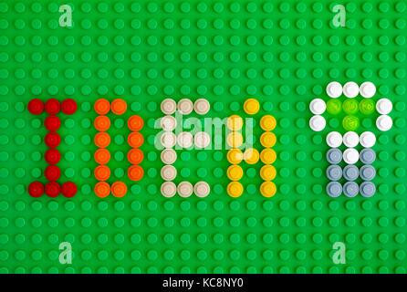 Tambov, Rusia - 17 de abril de 2017 palabra idea y la bombilla deletrear de ladrillos LEGO ronda 1x1 en la placa base verde. Cerca. Foto de estudio.