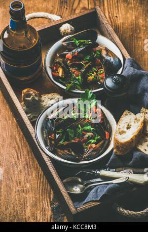 Belga mejillones hervidos en salsa de tomate y la cerveza en botella