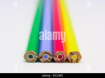 Lápices de colores brillantes sobre un fondo completamente blanco - la armonía, la unidad y el compañerismo