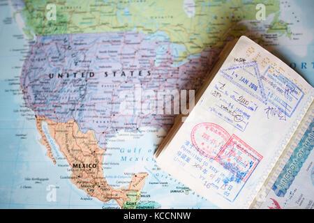 Mapa Geografico Del Mundo.Enfoque Selectivo Un Borroso Pasaporte Con Sellos De