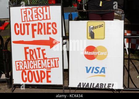Quebec, Canadá. Signo de patatas fritas frescas cortadas en Montreal
