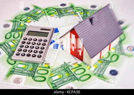 La casa está rodeada por euro dinero. Foto de stock