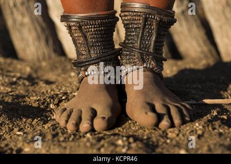 Angola. 24 de julio de 2016. Las mujeres adultas de Himba han adorado anklets (Omohanga) que les ayudan a esconder su dinero. Los anklets también protegen las piernas de mordeduras de animales venenosos. Crédito: Tariq Zaidi/ZUMA Wire/Alamy Live News
