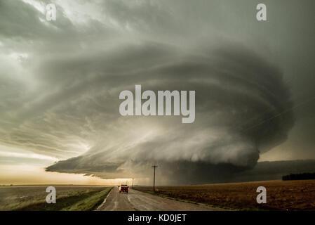 Storm Chaser conduce a un supercell que ha producido tres tornados y está a punto de producir una cuarta Leoti, Kansas, EE.UU.