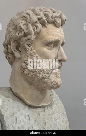 Nápoles. Italia. Cabeza colosal retrato del emperador romano Antonino Pío (Reinado: 138-161 AD). El Museo Archeologico Nazionale di Napoli. Foto de stock