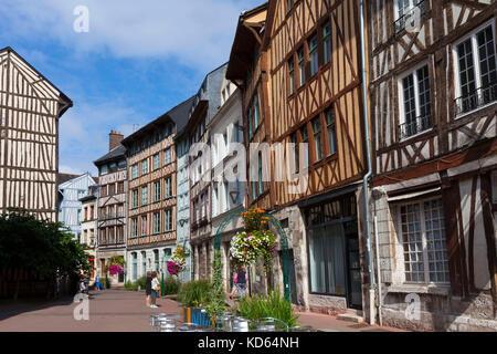 """Rouen (norte de Francia): fachada de Norman tradicionales casas con entramados de madera en la calle """"rue Eau de Robec', en el centro histórico, la orilla derecha. (No"""