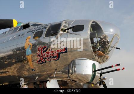 En Ypsilanti, Michigan: Agosto 8, 2010: la II Guerra Mundial era Flying Fortress nariz art. el avión es un 1944 Boeing b-17g c/n 44-83514 'SENTIMENTAL' de viaje