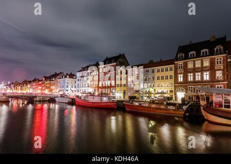 Verano escénica vista del muelle de Nyhavn con edificios de colores, barcos, yates y embarcaciones en el casco antiguo de la ciudad de Copenhague, Dinamarca