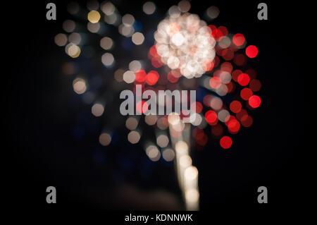 Rojo, blanco y azul de cuarta (4ª) de julio fuegos artificiales rodada en enfoque manual para crear un fondo artístico y ornamental.