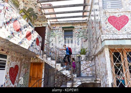 Niños volviendo a casa de la escuela a su casa junto a Fusterlandia, un arte complejo es nombrado después de su creador José Fuster se estableció en Jaimanitas, una zona económicamente deprimida cerca de La Habana, Cuba