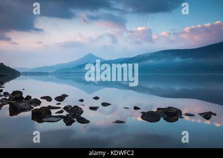 Schiehallion reflejado en Loch Rannoch al amanecer, Perthshire, Escocia, Reino Unido Foto de stock