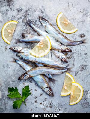 Fresh Catch Fish Shishamo huevos totalmente plana de metal desvencijado yacía en el fondo. Shishamo pez es pez popular de la cocina japonesa cocinar Tempura. Fresh sh