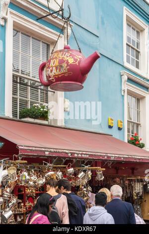 Firmar en forma de Gian tetera fuera del Antique 101 Arcade shop en el mercado de Portobello Road, Notting Hill, Londres, Reino Unido.