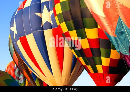 Se alinearon los globos de aire caliente Foto de stock